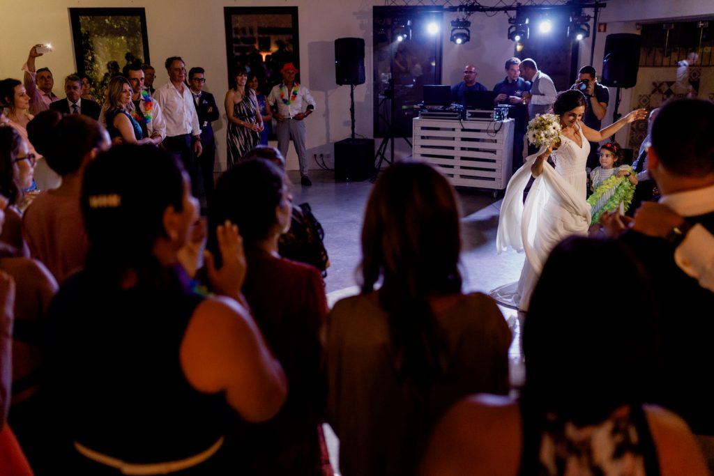 noiva dança antes de lançar o ramo