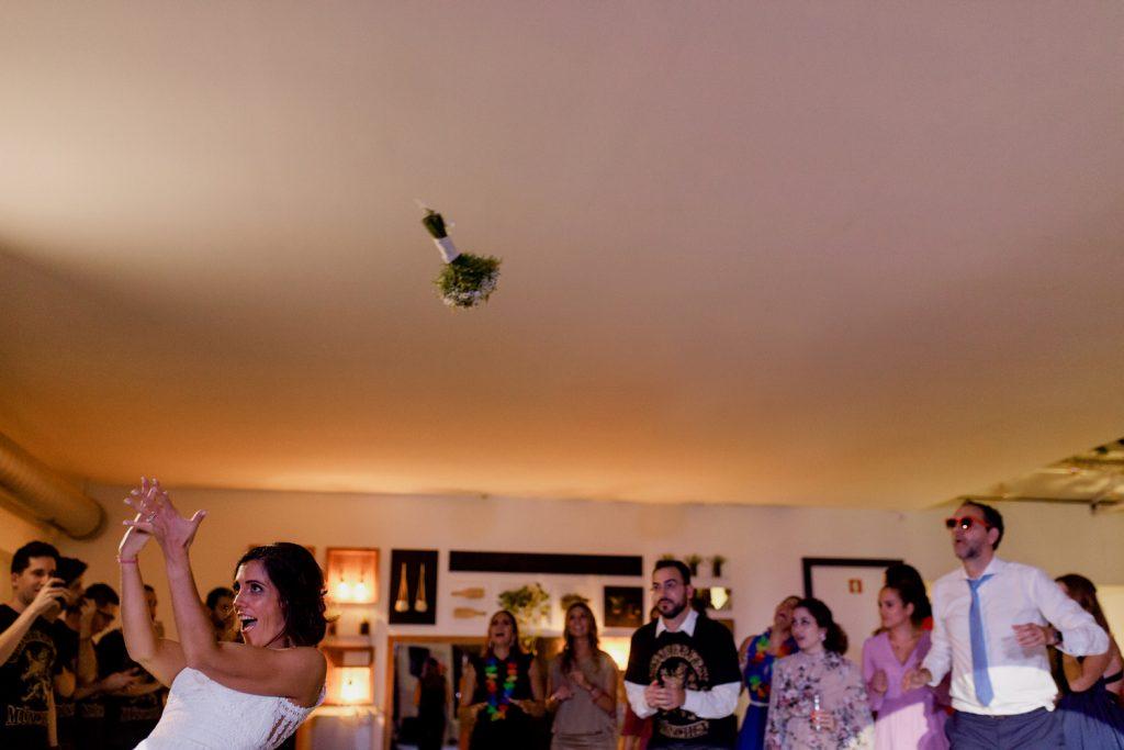 noiva lança o ramo para as solteiras