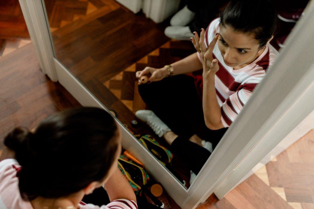 convidada prepara-se em frente a um espelho na quinta casa portuguesa