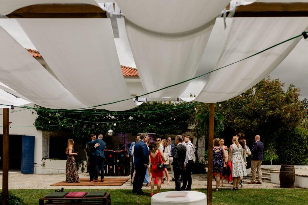 convidados do casamento convivem no jardim da quinta casa portuguesa