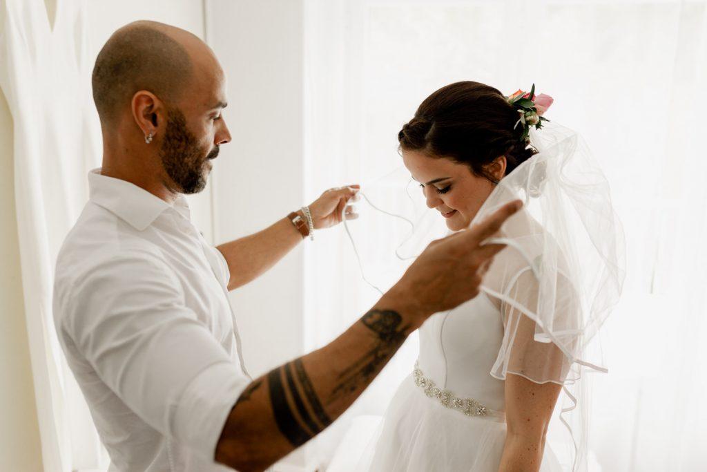 ivan moraes coloca o véu à noiva