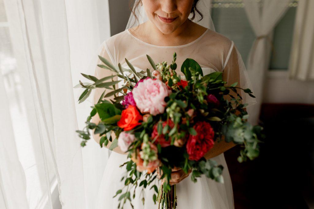 noiva contempla o seu ramo de flores feito por flores do bruno