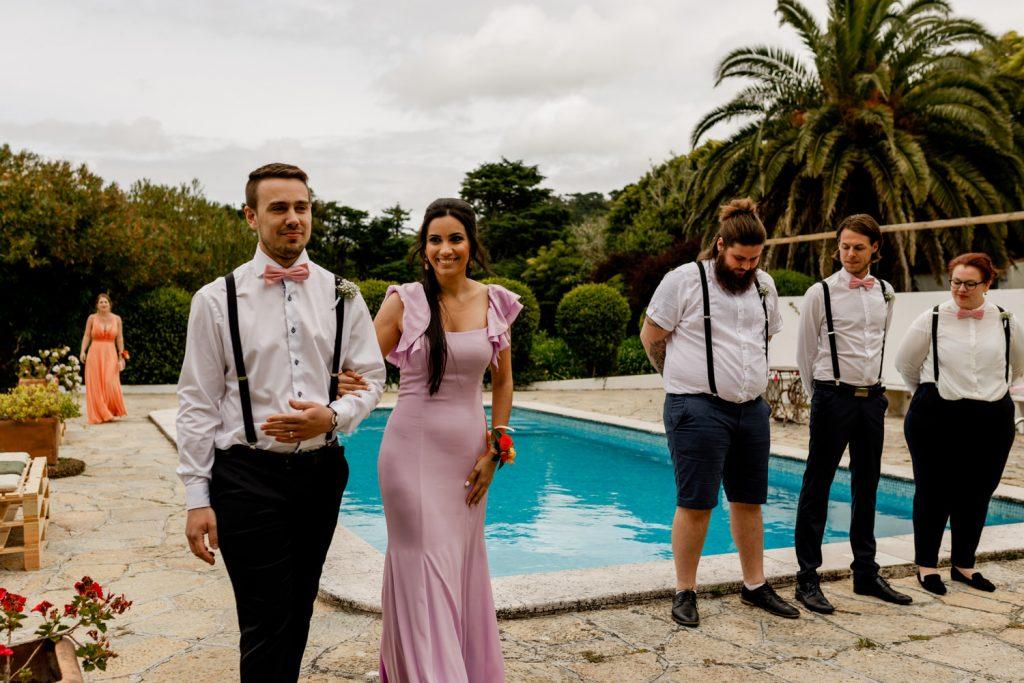 damas de honor caminham para a cerimónia do casamento no quintal da quinta casa portuguesa