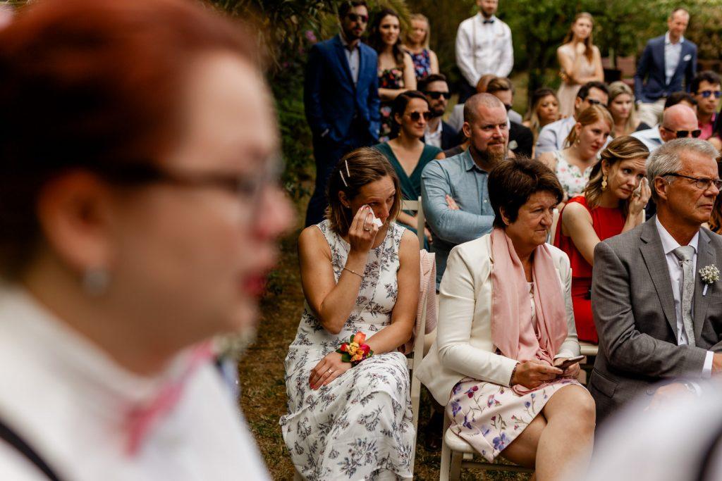 irmã do noivo chora durante o casamento