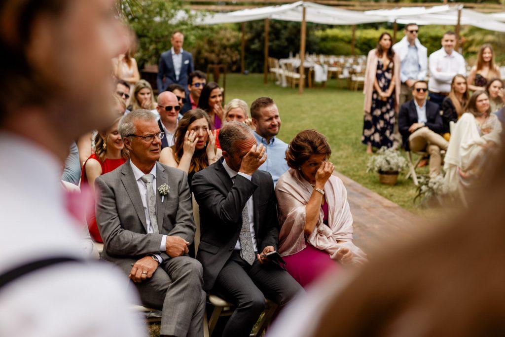 familia do noivo chora durante o casamento