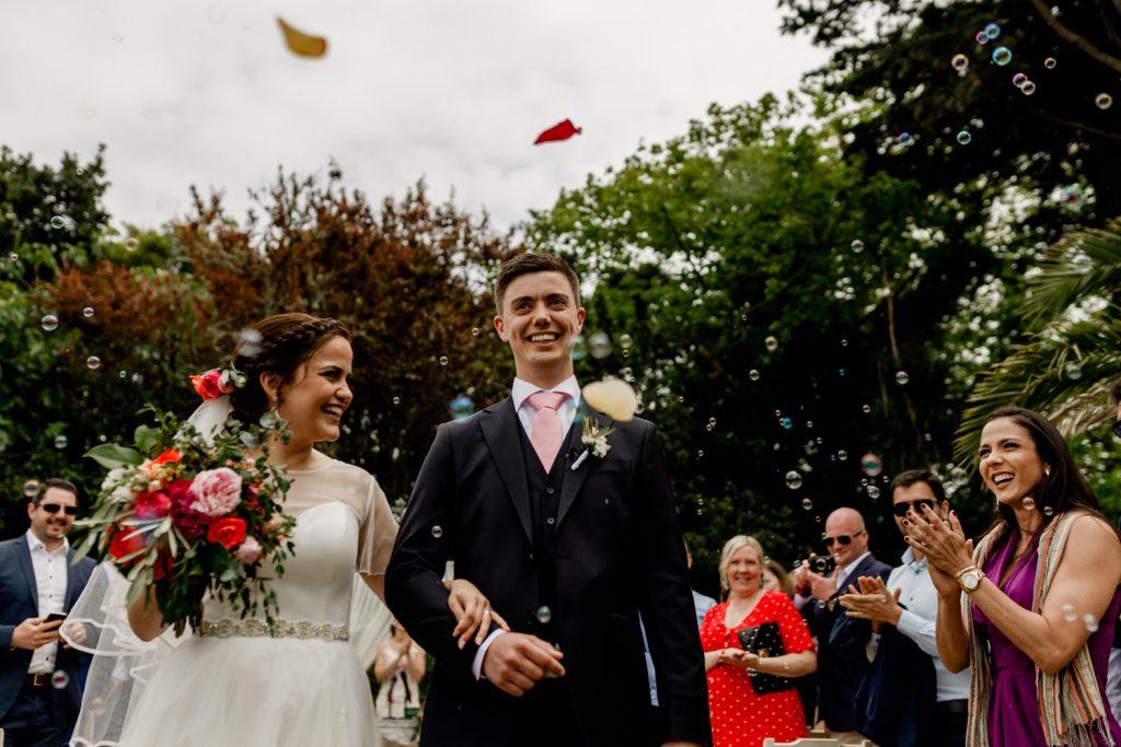 convidados celebram a saida dos noivos após cerimónia de casamento civil na quinta casa portuguesa