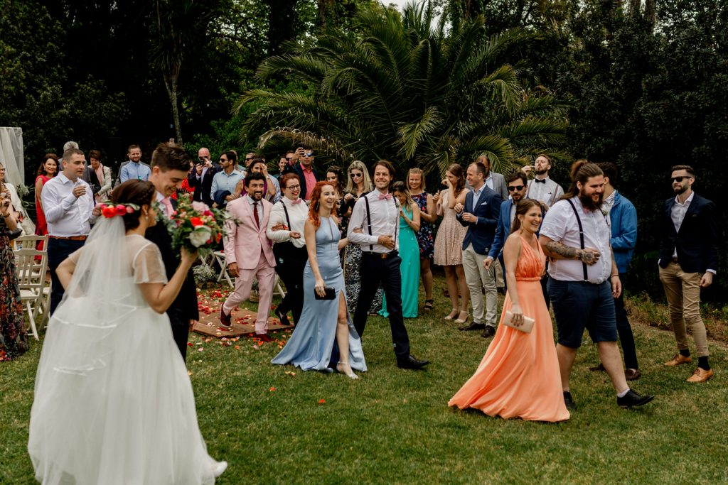 damos e damas de honor caminham para o cocktail no final da cerimónia