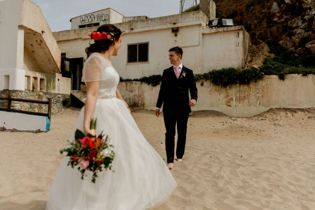 bride and groom go a a beach in Sintra