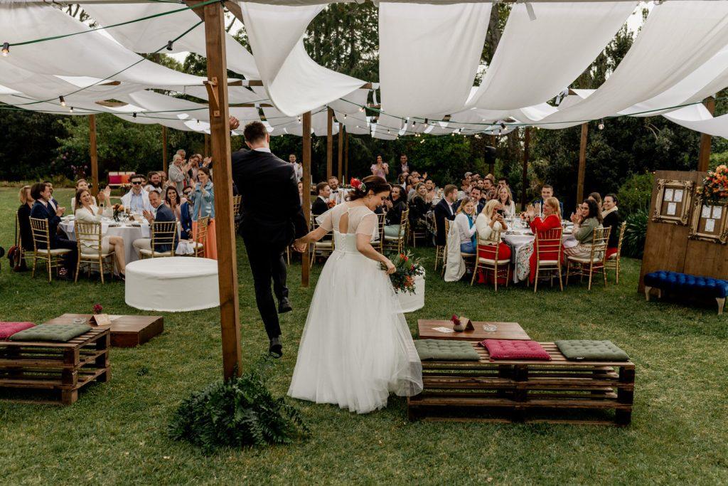 chegada dos noivos ao almoço entre os convidados