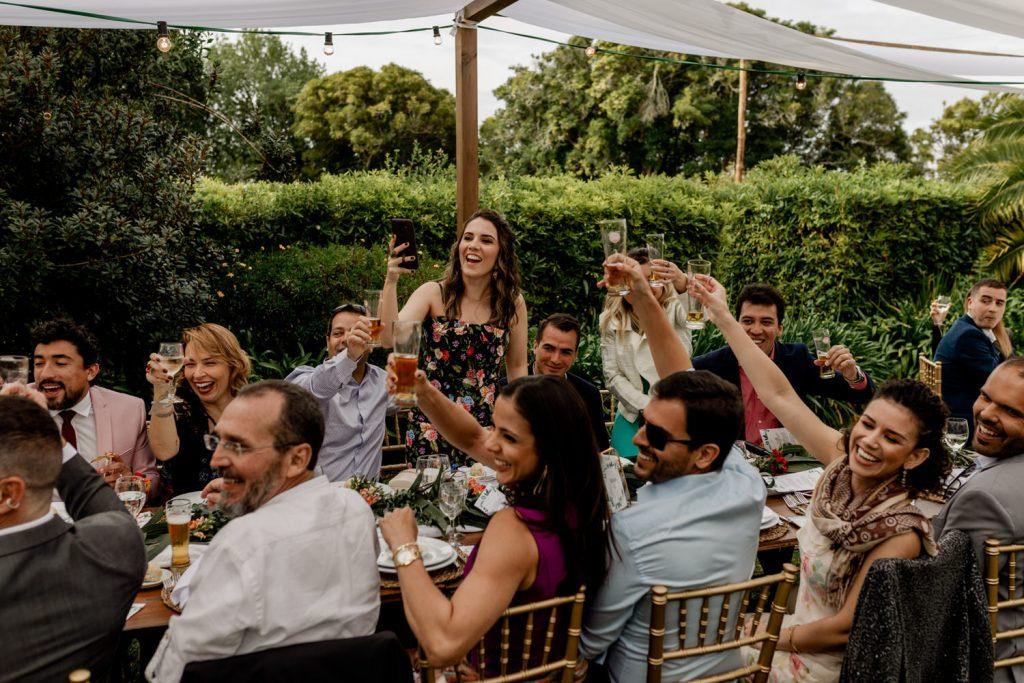 convidados celebram a chegada dos noivos às mesas na quinta de casamento em sintra
