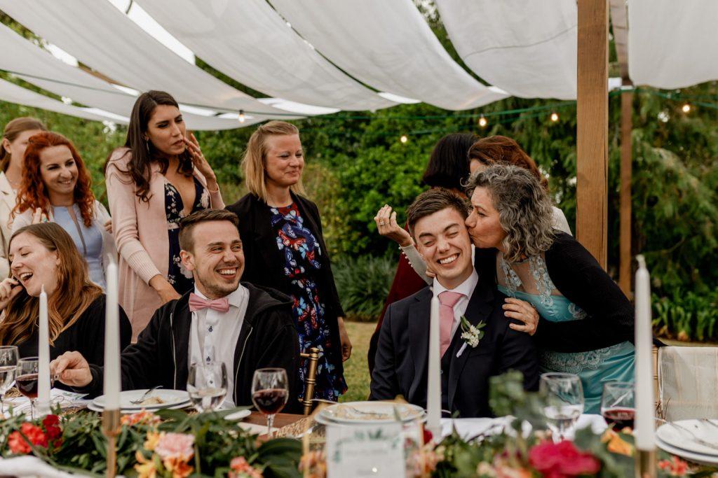 convidadas dão beijos na cara do noivo