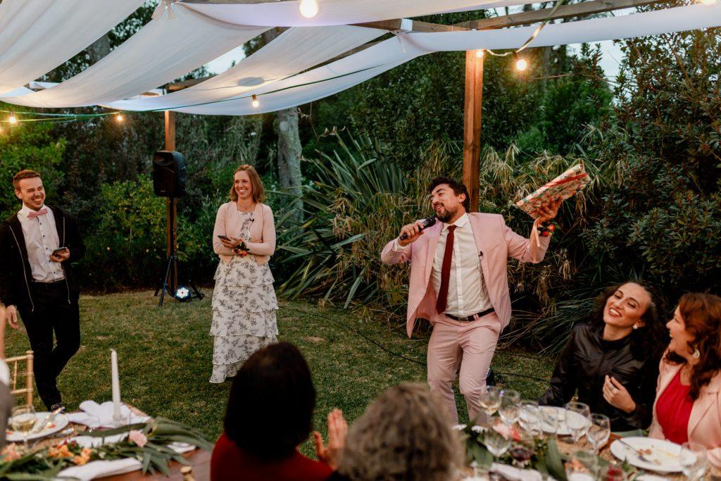 groomsman dança durante a festa
