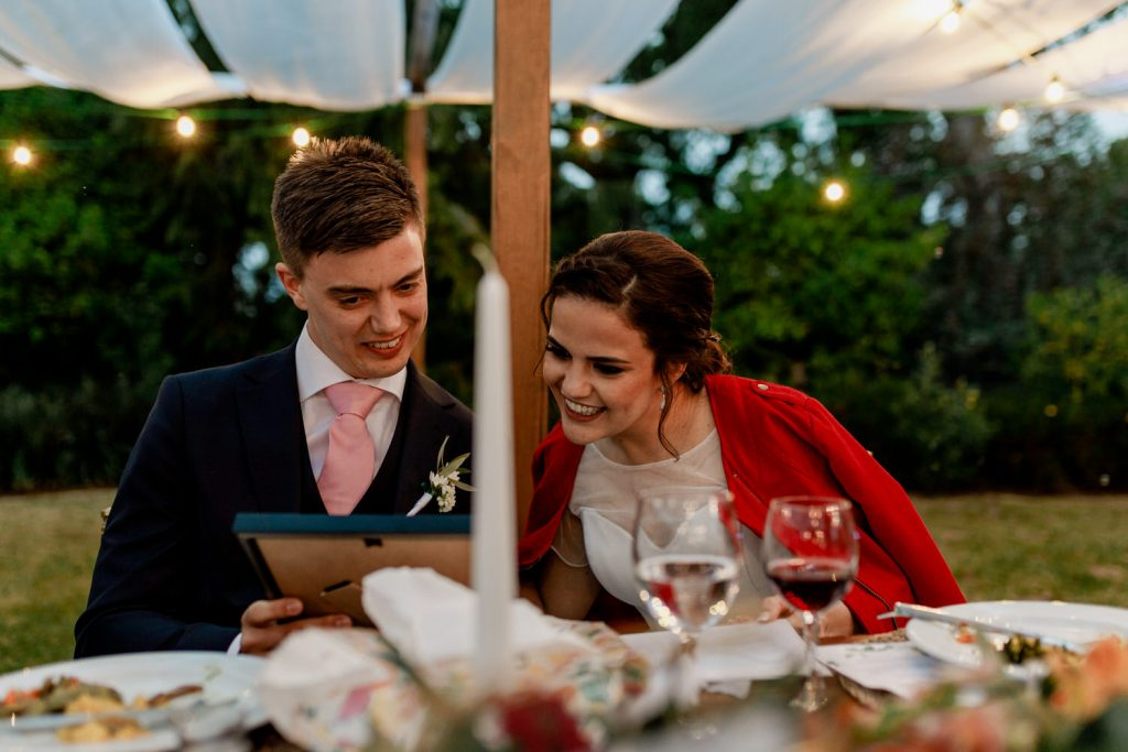 noivos vêm a prenda recebida durante o casamento