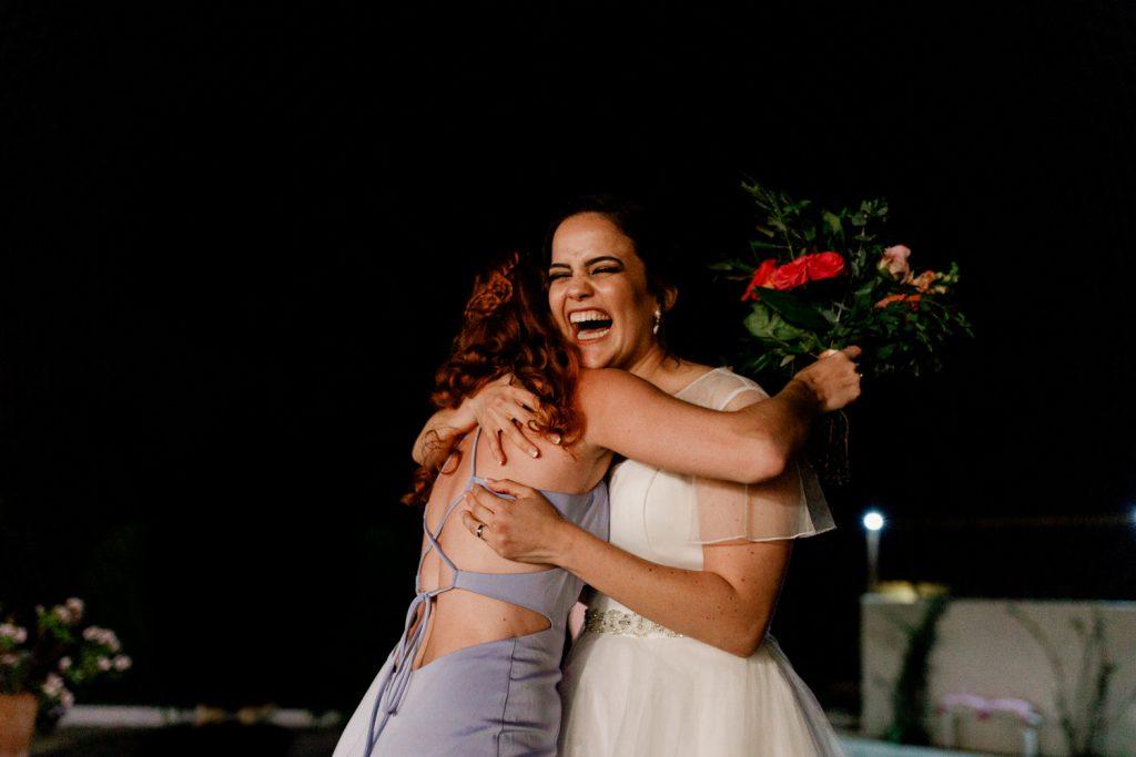 noiva abraça convidadas que apanhou ou ramo da noiva