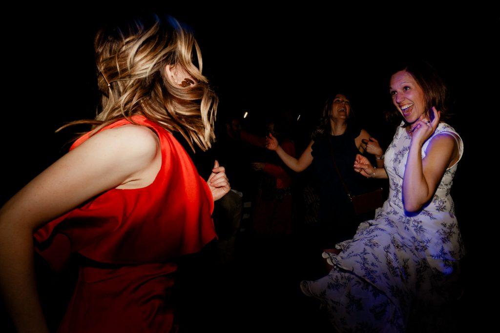 convidados dançam durante a festa do casamento