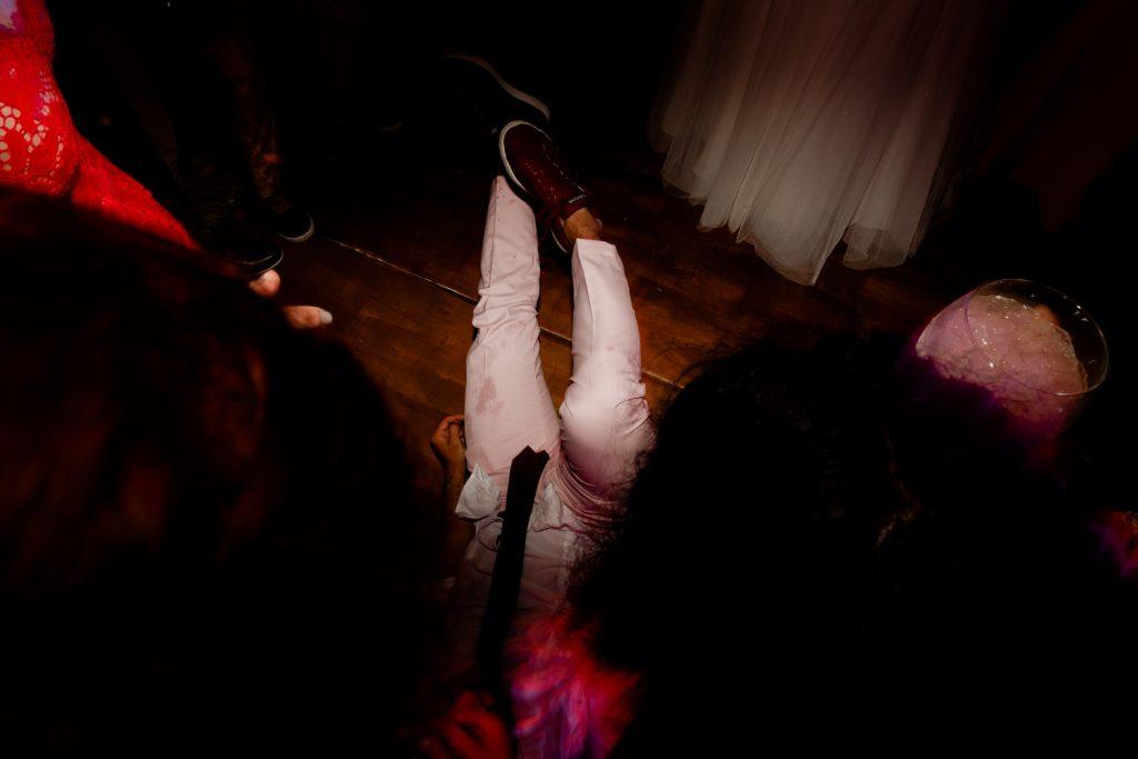 convidado dança deitado no chão