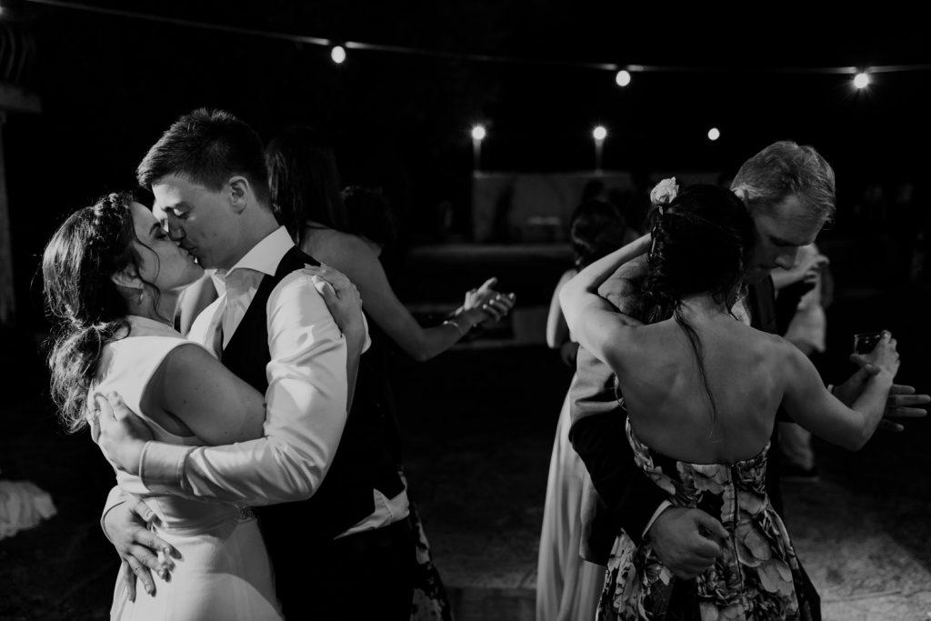 noivos beijam-se durante a dança